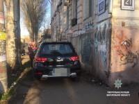 Запорожец припарковал внедорожник напротив церкви прямо под домом (Фото)