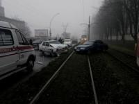 В Запорожье от удара легковушку отбросило на трамвайные пути – есть пострадавшие (Фото)