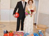 Запорожские молодожены попросили вместо цветов подарить им игрушки