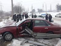 На выезде с Арочного моста в Запорожье отбойник проткнул легковушку (Фото)