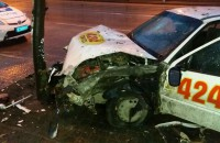 В центре Запорожья таксист врезался в дерево (Фото)