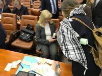 Запорожского депутата засыпали на сессии деньгами (Видео)
