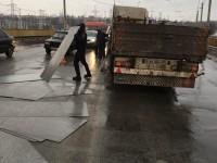 На плотине ДнепроГЭС грузовик растерял металлические листы (Фото)