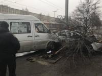 Возле запорожского автовокзала маршрутка влетела в авто охраны