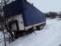 Под Запорожьем 12 спасателей доставали многотонный грузовик с кювета (Фото)