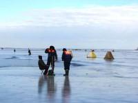Под Запорожьем рыбаки массово выходят на тонкий лед: спасатели насчитали сотню (Фото)