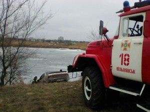 В Запорожской области легковушка чуть не утонула в озере