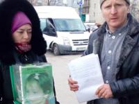 «Стоп фальшивый волонтер»: запорожанка собирала возле супермаркета деньги якобы на больных детей