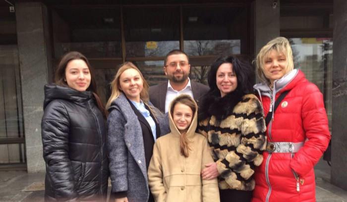 Виктория Чикалова справа от Ярослава Гришина