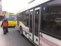 В центре Запорожья маршрутка поцеловалась с троллейбусом