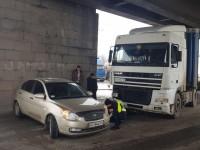 На запорожском мосту произошла авария: водитель фуры не заметил легковушку (Фото)