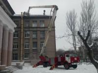 В центре Запорожья ветер оторвал с крыши школы металлический лист (Фото)