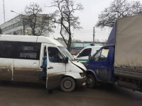 В Запорожье маршрутка врезалась в «Газель» с военными