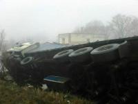 Под Запорожьем перевернулся грузовик с тоннами извести