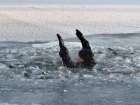 Сельчанин спас под Запорожьем тонущего рыбака, пробежав по тонкому льду несколько километров