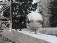 В центре Запорожья устанавливают огромный металлический шар (Фото)
