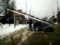 Возле центрального рынка в Запорожье легковушка застряла в яме (Видео)