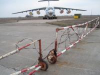 На военном аэродроме средь бела дня разобрали и пытались вывезти 4 самолета