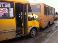 В Запорожье на остановке столкнулись две маршрутки