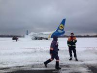 Застрявший самолет отбуксировали, запорожский аэропорт продолжил работу