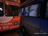 В Запорожье у маршрутки выбило стекла в результате столкновения с троллейбусом