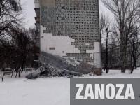 «На совесть сделано»: с фасада запорожской многоэтажки обвалился утеплитель (Фото)