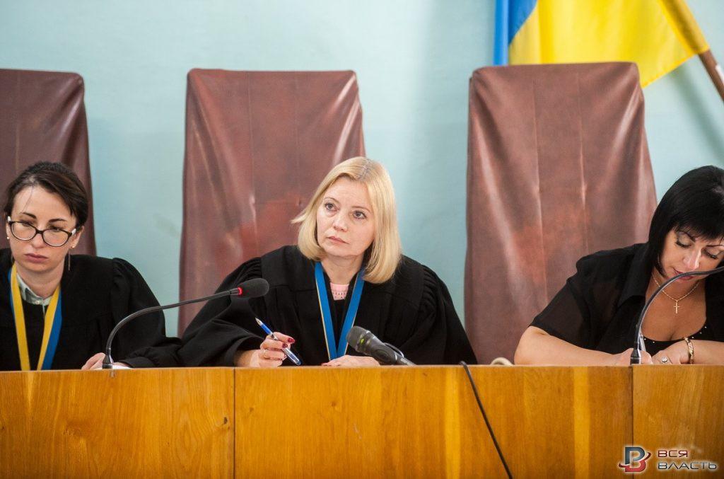 Инесса Соболева (на фото в центре)