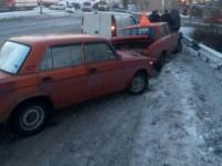 В Запорожье на скользкой дороге столкнулись три авто