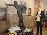Скандальный памятник Джону Леннону украшает кабинет создателя