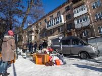 В просевшей многоэтажке сквозь трещины видно улицу, а коммунальщики отрицают угрозу обвала (Фоторепортаж)
