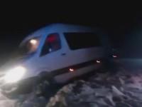 Под Запорожьем маршрутка с пассажирами застряла в кювете (Видео)