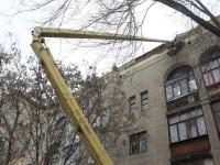 В центре Запорожья отвалившийся с фасада дома кирпич повредил вывеску