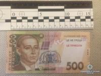 В Запорожье мошенник целый месяц расплачивался сувенирными купюрами