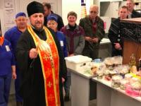 В Запорожской области священники освятили пасхальные куличи прямо в супермаркете