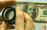 Житель Запорожской области обменял у друга настоящие гривны на сувенирные 100 долларов