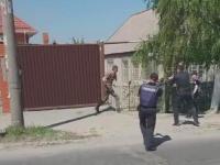 Патрульные открыли огонь по запорожцу, бросавшемуся на них с топором (Видео)