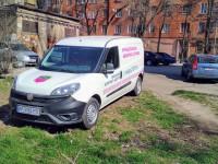 Запорожские коммунальщики паркуются прямо на газоне (Фото)