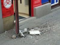 В центре Запорожья куски балкона падают на тротуар возле остановки (Фото)