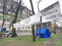Со свечами и палаткой: как протестующие провели ночь в парке напротив «Украины» (Фото)