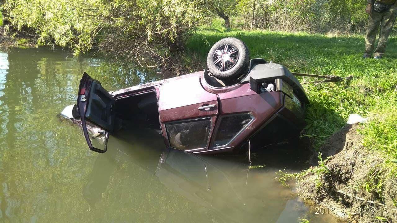 ВЗапорожской области машина собрыва съехала возеро: есть жертвы