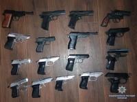 Вооружена и опасна: В Запорожской области пенсионерка принесла в полицию 17 пистолетов