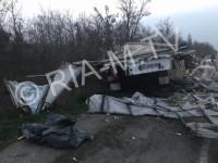 На запорожской трассе водитель фуры угодил в яму и растерял 20 тонн подсолнечного масла (Фото)