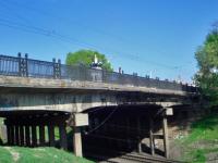 В центре Запорожья женщина пыталась сброситься с моста на железнодорожные пути (Видео)