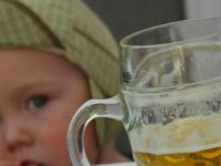 «Ничего страшного не вижу»: женщина напоила 3-летнюю дочь пивом