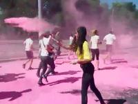 В Запорожье участников массового забега обсыпали яркой краской (Видео)