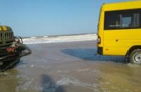 На острове в районе Кирилловки застряли автобус и более десятка легковушек (Фото)