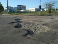 Дорога на въезде в Запорожье встречает огромными ямами (Фото)