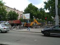 «Лежал со времен Сталина»: В центре Запорожья ремонтируют тротуар (Фото)