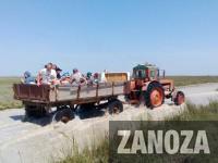 Отдыхающих эвакуируют с острова до запорожского курорта на тракторах (Фото)