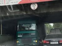 В Запорожье фура застряла под мостом (Фото)